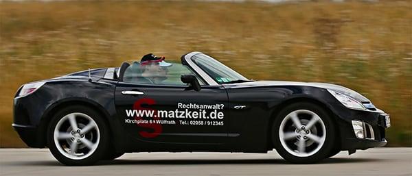 Rechtsanwalt Markus Matzkeit in sportlichem Firmenwagen