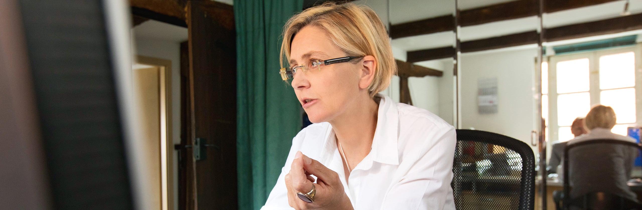 Karin Wroblowski bei der Arbeit in der Rechtsanwaltskanzlei Markus Matzkeit
